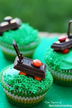 Celebrate Father's Day with these lawn mower cupcakes made with mini Hershey's candy bars. For more fun food ideas and recipes join Kim Byers at The Celebration Shoppe. Cupcake Icing Tips, Cupcake Recipes, Cupcake Cakes, Fathers Day Cupcakes, Fathers Day Cake, Lawn Mower Cake, Tool Box Cake, Burger Cupcakes, Second Birthday Cakes