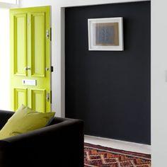 Muros oscuros, puerta escandalosa. ¿Porque todas las puertas deben ser color madera o blanca?