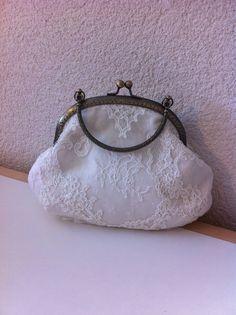Nouvelle création Nany'n Petit sac en soie avec dentelle chantilly  fermoir en métal. #pochette #wedding # #lace #fashion #accessory #madeinfrance #faitmain #mariée #robe #soie #dentelle #soirée #accessoires #dentellechantilly.