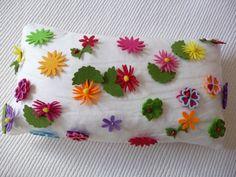 cojín con flores cosidas