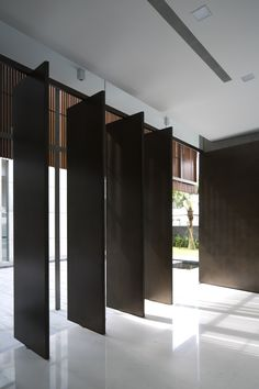 Pivot doors, how to make then affordable, glass and metal, all wood all steel. In Courtyard House / Architects.make pivot doors . Contemporary Architecture, Interior Architecture, Interior And Exterior, Interior Design, Floor To Ceiling Windows, Windows And Doors, Casa Patio, Pivot Doors, Courtyard House