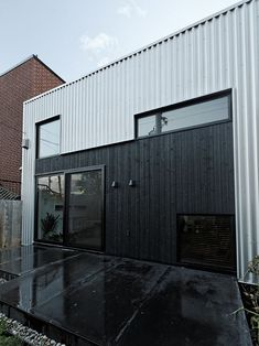 Superb renovation of a small bungalow: St-Hubert Residence Industrial Architecture, Residential Architecture, Modern Architecture, Metal Cladding, Metal Siding, Clapboard Siding, Metal Fence, Cades, Steel Framing
