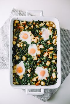 Easy Fried Egg, Collard Green, and Potato Hash for breakfast or any meal of the day. Perfect Breakfast, Easy Healthy Breakfast, Breakfast Recipes, Breakfast Bowls, Brunch Recipes, Fall Recipes, Breakfast Ideas, Vegetarian Recipes, Healthy Recipes