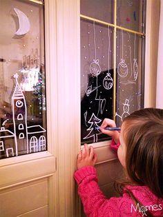 Peindre sur les vitres de jolies décorations de Noël, voilà une activité qui va enchanter les enfants et votre maison ! Quelle peinture utiliser, idées de dessins de noël pour les fenêtres, voici toutes les explications pour dessiner des décorations de noël sur les vitres de la maison, sans être un pro du dessin !