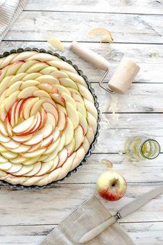 Wer liebt ihn nicht, den leckeren selbst gemachten Apfelkuchen mit Hefeteig vom Blech. Die Zubereitung des veganen Rezeptes findest Du auf Foodlikers.de!