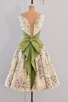 Vintage Fashion: 1950s party dress / floral print / belle of the ball