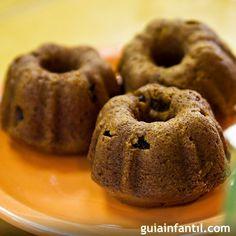 Cupcakes de calabaza para Halloween. Muffins o magdalenas de calabaza y pasas de uva. Guiainfantil.com te propone una receta para la merienda o la fiesta de Halloween de los niños. Receta fácil y rápida para los niños.