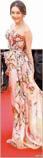 舒淇穿ELIE SAAB 2015春夏高級訂製立體花繡長襬禮服,把女神的美與媚展露無遺。