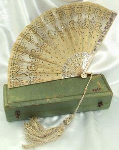 Antique madre francesa de la perla y oro de los cequis del ventilador en caja original, c.1845