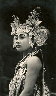 Djanger princess via People Of The World, In This World, Vintage Photography, White Photography, Dutch East Indies, Vintage Pictures, Belle Photo, Headdress, Old Photos