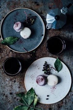 our food stories: Macarons variations: blueberry-vanllia vanilla-elderberry Beste Cocktails, Dark Food Photography, Colour Photography, Food Design, Food Pictures, Food Styling, Food Art, Food Inspiration, Sweet Recipes