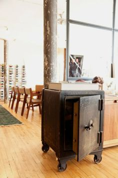 Antique safe on wheels: vintage character & functionality ! Industrial Chic, Industrial Furniture, Antique Furniture, Atelier Loft, Antique Safe, Man Room, Great Rooms, Repurposed, Living Spaces