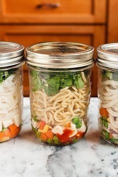 DIY make ahead noodle cups.Skip the weird artificial ingredients and flavorless nubs of dehydrated vegetables and make your own instant noodle cups. Mason Jar Lunch, Mason Jar Meals, Meals In A Jar, Mason Jars, Mason Jar Recipes, Glass Jars, Ramen Noodle Recipes, Soup Recipes, Cooking Recipes