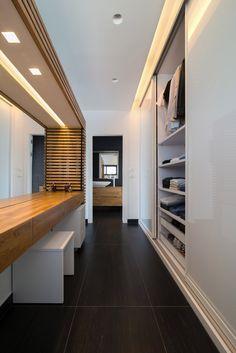 פינת איפור בסמיכות לארון חדר שינה הורים עם אפקט הארה חזקה לפני המתאפרת המבוססת על תאורה מפוזרת בשילוב עם תאורה ממוקדת