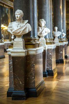 Ancient gallery with sculptures in the Versailles plance, Paris, - Imagem Stock: 25773119 Versailles Hall Of Mirrors, Chateau Versailles, Palace Of Versailles, Louis Xiv, Belle Epoque, French Interior, Sculpture Art, Reggio, Antiques