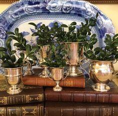 Il vassoio fa da sfondo alla lucentezza delle coppe che, posate sui vecchi libri,creano un angolo raffinatissimo