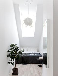【包まれ感と開放的】勾配天井の下の小さなベッドルーム | 住宅デザイン