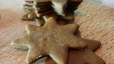 This recipe uses cinnamon, ginger, cloves, nutmeg, cinnamon, and nutmeg to flavor crispy and very thin spice cookies.