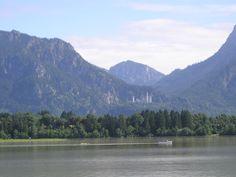 Das Ostallgäu liegt im Südosten des bayerischen Regierungsbezirks Schwaben. Im Norden liegt der Landkreis Unterallgäu und der Landkreis Augsburg, im Osten die Landkreise Landsberg am Lech, Weilheim-Schongau und Garmisch-Partenkirchen. Südlich liegt das österreichische Bundesland Tirol, westlich der Landkreis Oberallgäu. Kaufbeuren ist ganz vom Landkreis Ostallgäu umgeben.  Unser Foto zeigt den Forggensee mit Schloss Neuschwanstein.