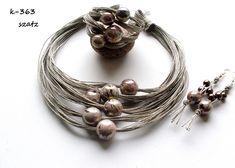 Bijoux uniquesen lin avec lesboules décoratives en céramique.Le projet réalisé par Krystyna Łukowska – Sitarek de Pologne. Collier,bracelet,boucles d'oreilles.