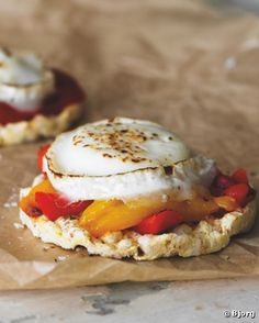 Grilled Goat's Cheese and Roasted Peppers on Corn Cakes - Rice cakes for lunch? Try these tasty topping ideas Rice Cake Snacks, Rice Cake Recipes, Whole Food Recipes, Free Recipes, Corn Cakes, Rice Cakes, Tostadas, Healthy Eating Recipes, Healthy Snacks