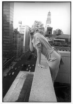 Marilyn Monroe dans sa suite de l'Ambassador Hotel, à New York. Elle discute avec Dick Sheperd, agent au département cinéma de MCA à New...