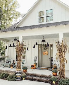 18 Last Minute DIY Halloween Decorations for a Spo - Porch Decorating Ideas Porche Halloween, Mode Halloween, Casa Halloween, Halloween Mantel, Halloween Home Decor, Holidays Halloween, Vintage Halloween, Rustic Halloween, Halloween Magic
