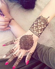 Explore latest Mehndi Designs images in 2019 on Happy Shappy. Mehendi design is also known as the heena design or henna patterns worldwide. We are here with the best mehndi designs images from worldwide. Henna Hand Designs, Latest Mehndi Designs, Mehndi Designs For Hands, Henna Tattoo Designs, Design Tattoos, Hand Mehndi, Pakistani Mehndi Designs, Bridal Mehndi Designs, Ladies Day