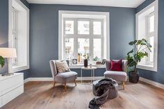 I denne flotte leiligheten på Frogner ligger treparketten Skovin Elegant i god harmoni med et moderne og tidsriktig interiør. Les mer på hjemmesiden vår! Living Room Decor Inspiration, Interior Design Inspiration, Humble Abode, Lounge, House Design, Flooring, Elegant, Blue Interiors, Home Decor