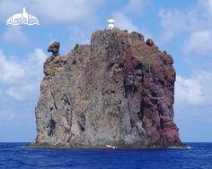 Vacanza in Sicilia, noleggia una barca e naviga alle Isole Eolie. In foto l'isola/faro di Strombolicchio. @ilmiglioblue