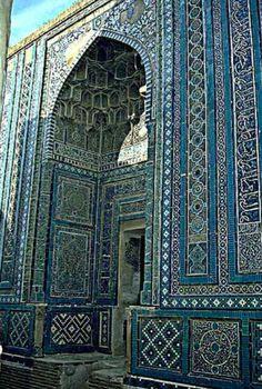 Façade du mausolée de Shad-e Moiq Aqa, Shah-i Zindeh. Peinture sous glaçure, céramique moulée sous glaçure.