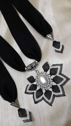 Iğne oyası fular kolye Lace Jewelry, Scarf Jewelry, White Lace Choker, Flower Choker, Knit Shoes, Sunflower Tattoo Design, Lace Scarf, Floral Necklace, Needle Lace