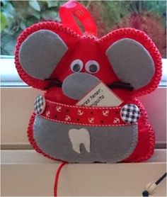 Raton guarda dientes, color rojo, con bolsillo para guadar el diente para el ratón Perez, y ponerlo bajo la almohada. 10x9 cm aprox. 7.50€