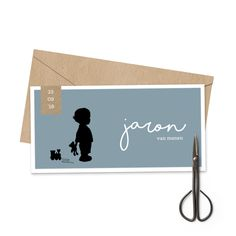 Blauw silhouet geboortekaartje met een jongetje met een trein en een kraft labeltje met de geboortedatum.
