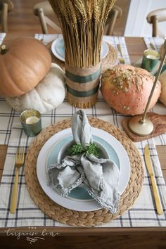 With inspiration for simple fall table decor and a low maintenance charcuterie board, invite your friends over for a casual friendsgiving.