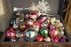 Минутка ностальгии на Abbigli.ru.  Когда деревья были большими, а мороженое вкусней, новогодние игрушки казались каким-то чудом. Сегодня вроде и разнообразие большое, и выбор огромен, а волшебства не осталось. А у вас дома остались старые игрушки на елку?  #Abbigli #рукоделие #хобби #креатив #handmade