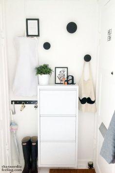 Ideas para decorar un recibidor pequeño en blanco y negro : via MIBLOG