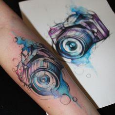 """""""Câmera em aquarela pelo tatuador Felipe Luiz, (@felipeluiztattoostudio) Estúdio fica em Mogi das Cruzes - SP.  @felipeluiztattoostudio …"""""""