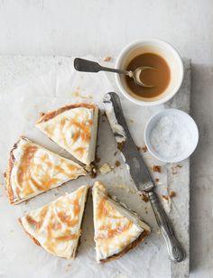 Tässä ohjeessa perinteinen juustokakku saa päälleen kinuskisen raidoituksen suolankukilla höystettynä.