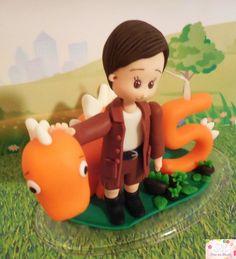 Topo de bolo feito em biscuit menino com dinossauro e vela. <br>Pode ser modificado conforme desejo do cliente (consultar loja).