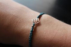Elegante y sencilla pulsera de macramé con figurita de plata de 1a ley. Especial y única.  macrame, collar, joyas, regalos, artesanía