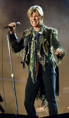 David Bowie live on stage. (Not a fan of bowie, but that jacket is rad). Angela Bowie, Recital, David Bowie Reality Tour, Duncan Jones, David Bowie Fashion, Ziggy Played Guitar, Bowie Starman, The Thin White Duke, Ziggy Stardust