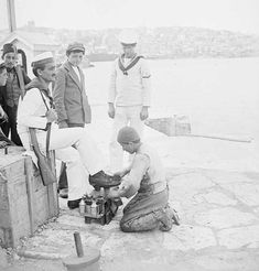 İşgal yıllarında Haliç kıyısında ayakkabı boyatan İngiliz askeri.