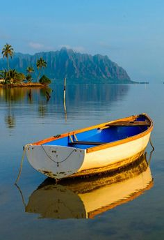 Un joli bateau. Pictures To Paint, Nature Pictures, Beautiful Pictures, Boat Art, Old Boats, Boat Painting, Am Meer, Wooden Boats, Fishing Boats