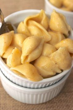 The BEST skinny mac & cheese recipe made with NO butter or cream! Only takes about 20 minutes to make & is super creamy & healthy.