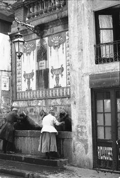 Font pública de Travessera de Gràcia | Història de Barcelona Art Nouveau, Antique Photos, Vintage Photographs, Belle Epoque, Alberto Giacometti, Medieval Castle, Magnum Photos, Black And White Pictures, Best Cities