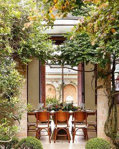 Bom dia com o cenário da nossa primeira mesa de inspiração para o Natal desse ano, na casa da querida Vivi Barros (@buffet_vivibarros), com os móveis lindos da loja de aluguel que amamos @artemobi 💚 Vem muitas fotos por aí! #vamosreceber #natal