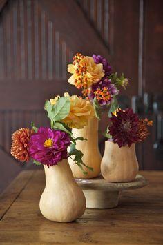Un vase en courge butternut  Avec sa forme oblongue et sa base arrondie, la courge butternut est idéale pour fabriquer des vases en un tour de main. On choisit les légumes en vérifiant qu'ils puissent tenir debout tout seuls, puis on coupe la partie supérieure avec un couteau et on creuse la chair avec une cuillère à soupe et un canif. Après l'avoir rincée, on remplit la courge d'eau, et voilà un magnifique vase éphémère pour les fleurs d'automne comme les asters, les dahlias et les…
