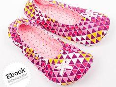 """Die Hausschuhe Ava schmiegen sich durch den weichen Gummizug am oberen Rand ideal an jede Fußform an. Sie sind im Handumdrehen genäht und eignen sich perfekt für die ganze Familie, als Mitbringsel, Weihnachtsgeschenk oder für eure Gäste zuhause. Alle Nähschritte werden im Ebook ausführlich beschrieben und anhand von Fotos erklärt. Viel Freude beim Nähen!  Die Schuhe """"Ava"""" können gefüttert oder ungefüttert genäht werden. Auch dehnbare Stoffe wie z.B. Sweat oder kuschlige ..."""