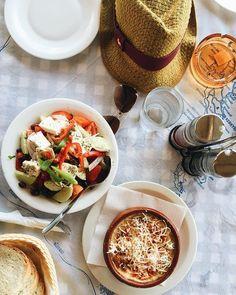 Urlaub ist wenn du bei Grad von der Strandliege aufstehst um was Leichtes zu essen und der Wirt in der Taverna dir das frische Pastitsio MakkaroniHackAuflauf aus dem Ofen hinstellt Als htte er was von der Pastaliebe gewusst Wurde natrlich trotzdem aufgegessen Gre aus Korfu hier gibts die nchsten Tage UrlaubsContent